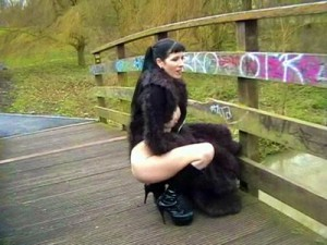 goth-pissing-in-public-4